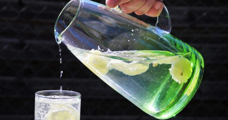 Jaką wodę pić? Prosto z kranu, filtrowaną czy z butelki?